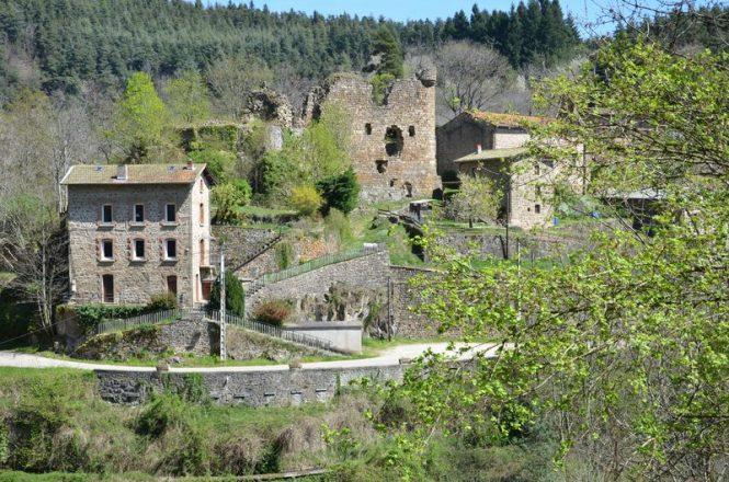 Hameau_du_Vieil_Argental_et_son_chateau